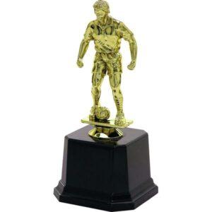 Złota figurka piłkarza z piłką przy nodze na plastikowym postumencie